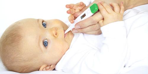 грудной ребёнок с градусником во рту
