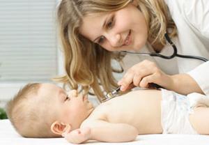 осмотр малыша врачом
