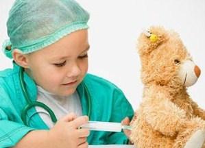 ребёнок играет во врача