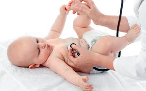 осмотр малыша педиатром перед прививкой