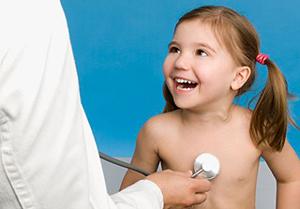 девочку слушает врач-педиатр