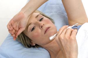 женщина лежит с температурой