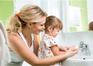 мама с дочкой моет руки