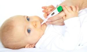 ребёнку измеряют температуру