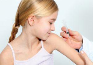 девочке делают прививку в руку