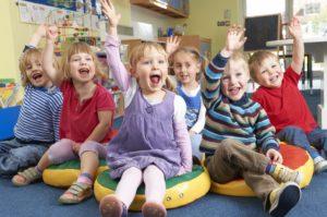 дети веселятся в детском саду