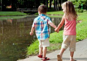 мальчик с девочкой гуляют на улице