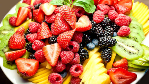 ягоды и фрукты на тарелке
