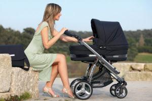 мама гуляет с малышом в коляске