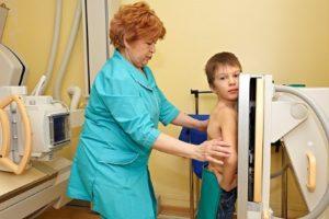 мальчику делают рентген лёгких