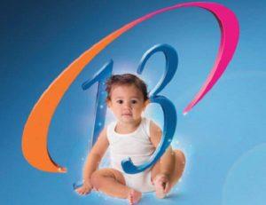 ребёнок сидит в цифре 13
