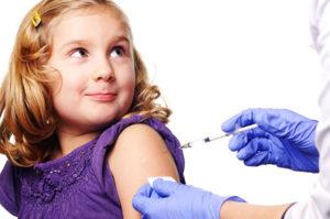 ребёнку делают прививку