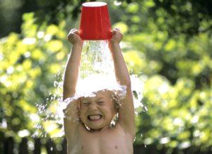 мальчик выливает на себя ведро воды