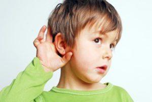 мальчик плохо слышит и приложил к уху руку