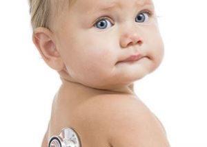 ребёнку стетоскопом слушают лёгкие