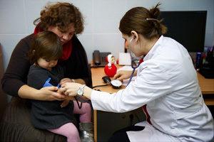 осмотр ребёнка у педиатра