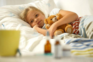 девочка лежит в кровати