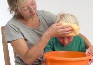 ребёнка тошнит над тазиком