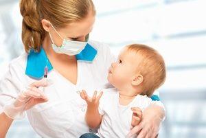 врач собирается сделать прививку ребёнку