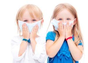 дети в марлевых повязках на лице