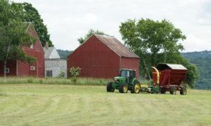 фермерский трактор едет в поле
