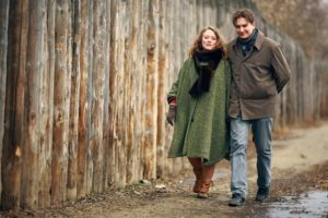 мужчина и женщина гуляют на улице