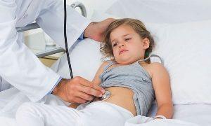 врач слушает стетоскопом живот у ребёнка