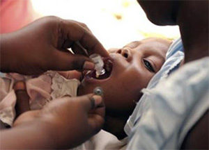 мальчику из Африки делают пероральную прививку против холеры