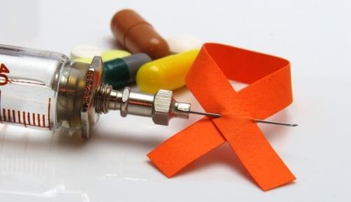 знак ВИЧ, шприц и таблетки