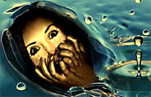 женщина в ужасе от окружающей её воды