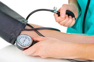 врач измеряет пациенту артериальное давление