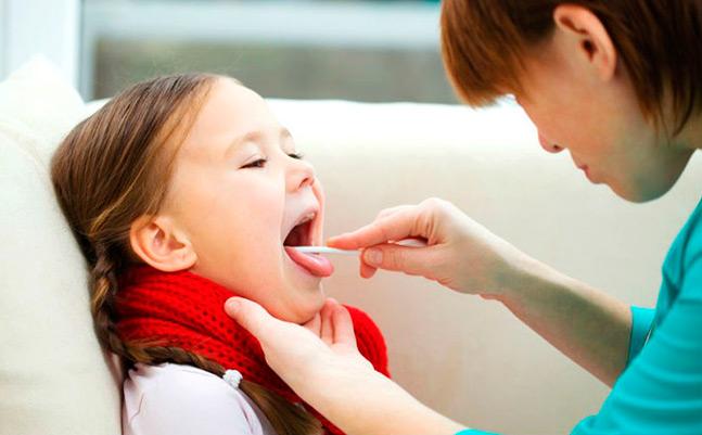 медсестра берёт мазок из горла у ребёнка