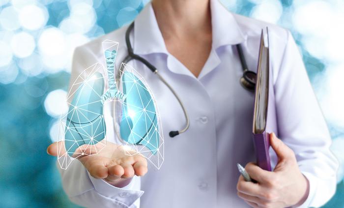 врач и фото лёгких человека