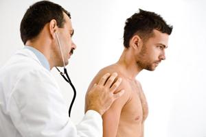врач осматривает мужчину