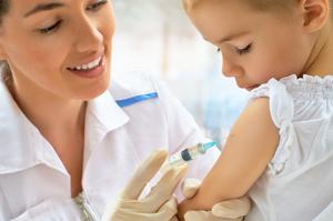 врач делает прививку ребёнку в руку