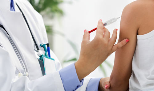 врач делает прививку