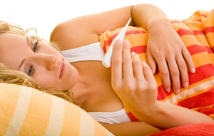 девушка лежит с температурой