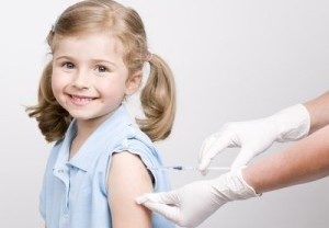 врач делает девочке прививку
