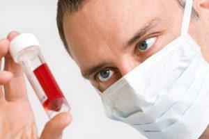 врач держит колбу с анализом крови