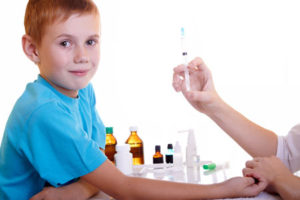 доктор делает ребёнку прививку