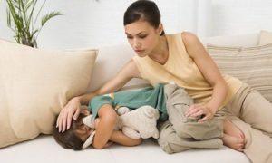 мама трогает лоб ребёнку