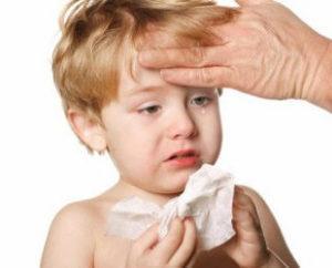 мальчик плачет и вытирает сопли