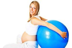 беременная женщина и большой мяч