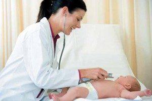 педиатр осматривает ребёнка