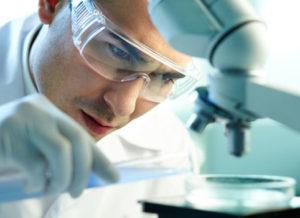 врач исследует ткани на предмет вируса папилломы