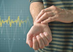 мужчина измеряет себе пульс