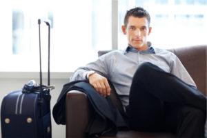 мужчина с чемоданом на вокзале