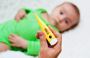 малышу измеряют температуру