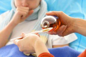 ребёнок болеет и пьёт лекарство