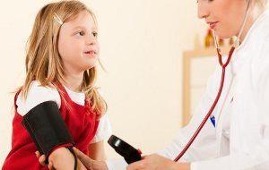 ребёнку врач измеряет давление